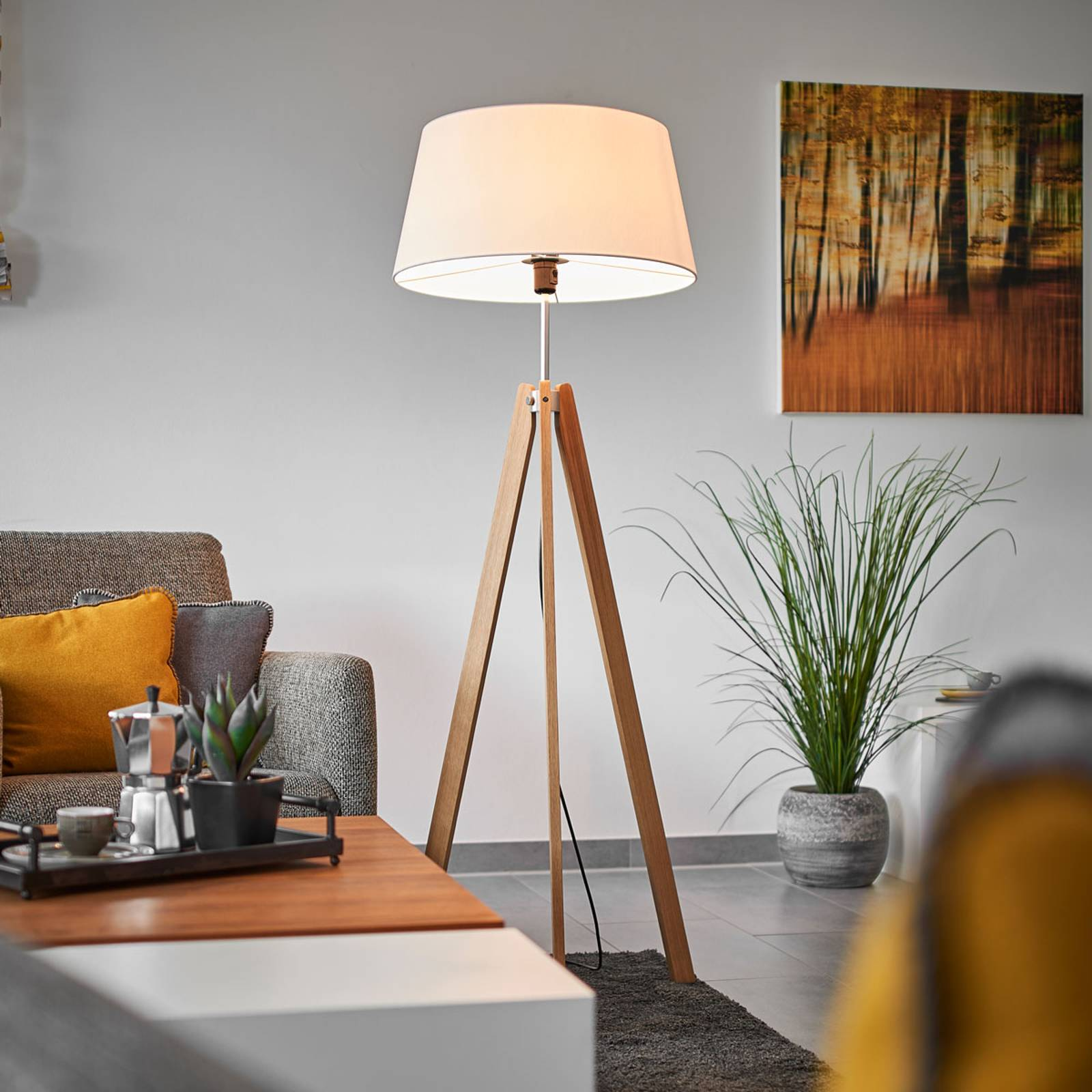 Textile floor lamp Thea with an oak frame from Lucande